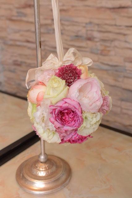ピンクのバラのボールブーケ