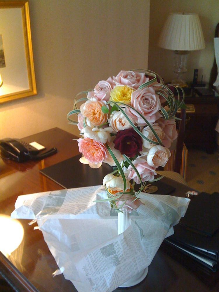 あたたかい色の愛ウェディングブーケ、ホテルにて撮影