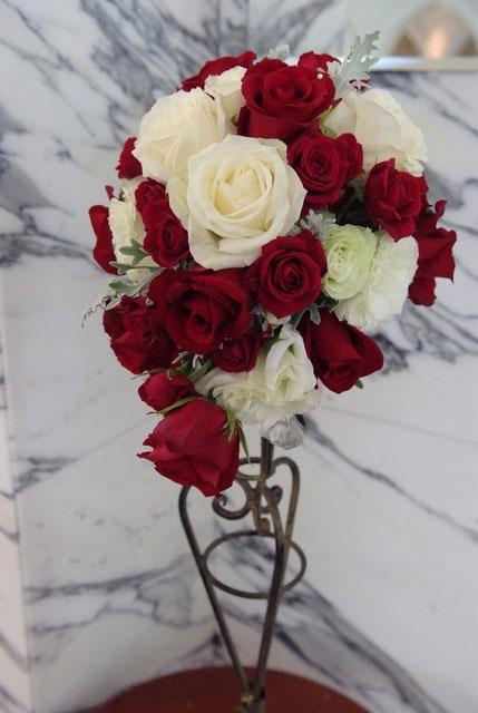 赤と白のバラのブーケ
