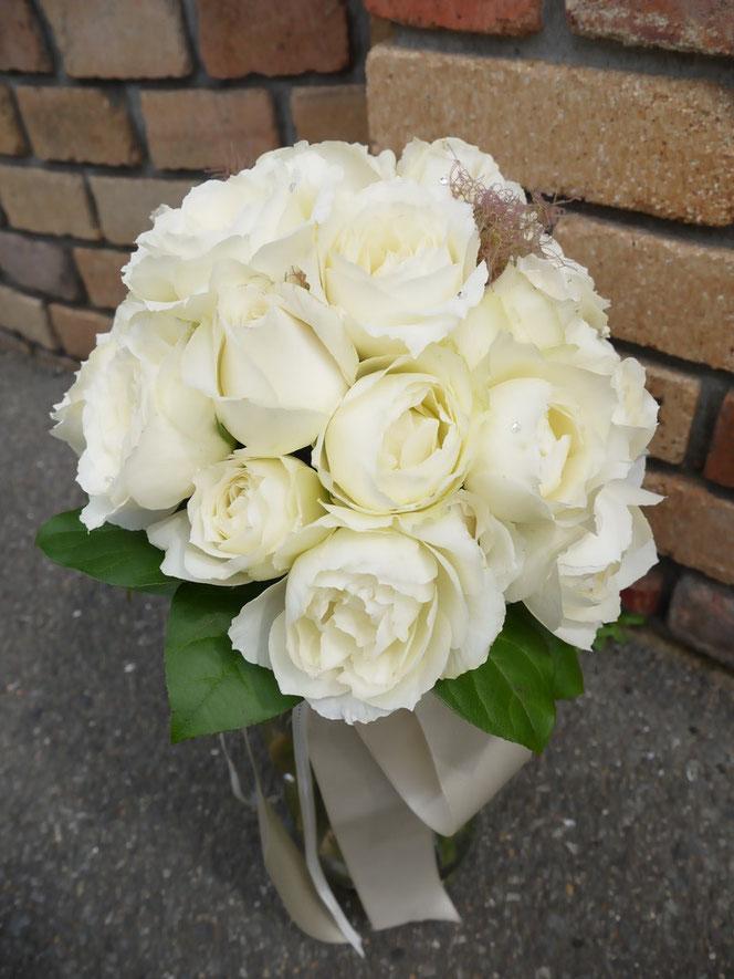 白のバラのラウンドブーケ